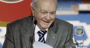 Di Stefano delivers a speech after receiving an award during his tribute in Madrid
