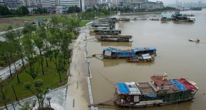 epa05408074 A picture made available 05 July 2016 shows the flooded Hanjiang River raising the boats to the level of the riverside park in Wuhan, Hubei province, China, 04 July 2016. Heavy rains have caused flooding in provinces in the middle and lower sections of the Yangtze River.  EPA/MEI XIN CHINA OUT