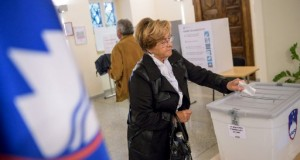 A slovenian citizen casts her ballot at the polling station for the first round of the presidential election in Sempeter pri Novi Gorici, on October 22, 2017. Slovenian citizens started voting on October 22 in a presidential election in which incumbent head of state Borut Pahor was expected to be re-elected. Some 1.7 million citizens were eligible to cast their vote, with partial results expected later in the evening.  / AFP PHOTO / Jure Makovec