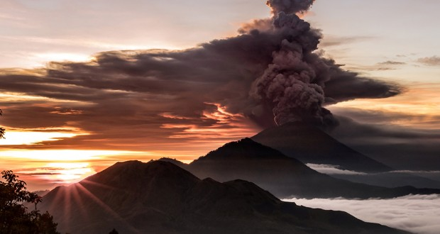 Mount Agung volcano is seen spewing smoke and ash in Bali, Indonesia, November 26, 2017 in this picture obtained from social media. EMILIO KUZMA-FLOYD/via REUTERS    ATTENTION EDITORS - MUST ON SCREEN COURTESY EMILIO KUZMA-FLOYD / @EYES_OF_A_NOMAD.  THIS IMAGE HAS BEEN SUPPLIED BY A THIRD PARTY. MANDATORY CREDIT. NO RESALES. NO ARCHIVES     TPX IMAGES OF THE DAY