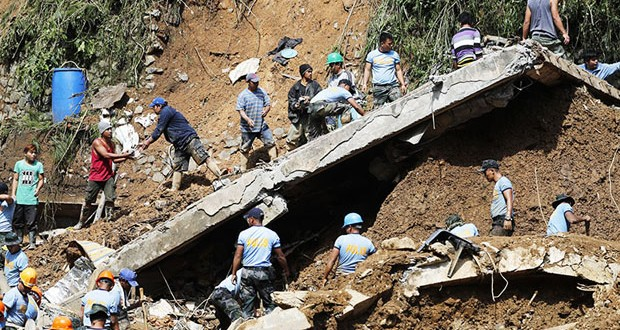 epaselect epa07026428 People continue to work during rescue and retrieval operation for landslide victims caused by Typhoon Mangkhut in Ucab village, Itogon town, Benguet Province, Philippines, 17 September 2018. The number of people killed in the Philippines by typhoon Mangkhut rose to 40 while dozens are missing, according to provisional data gathered as emergency teams access areas struck by the storm.  EPA-EFE/FRANCIS R. MALASIG